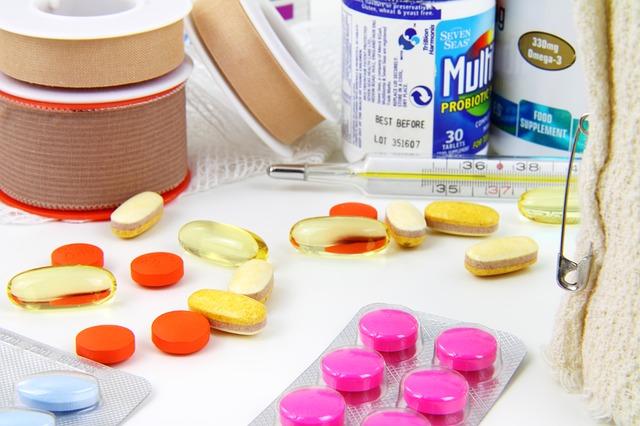 léky, teploměr, náplasti
