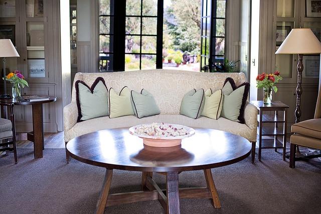 gauč, lampy, konferenční stolek