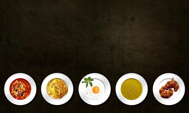 talíře s pokrmy