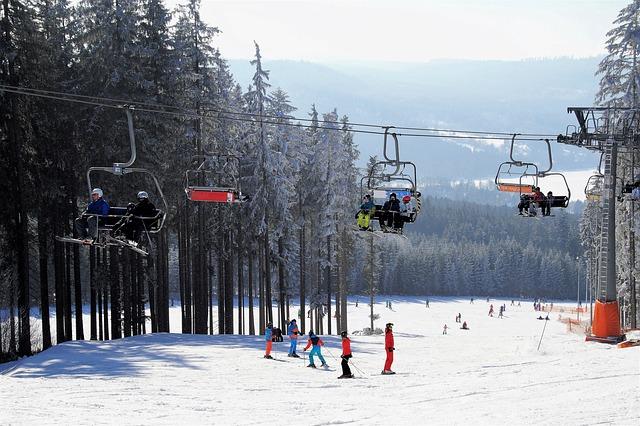 sedačková lanovka s lyžaři