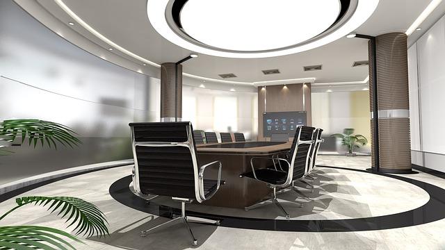 Moderní kancelář se stolem, černými židlemi, kruhovým světlem