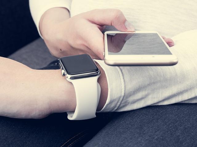 bílý smartphone a smartwatch