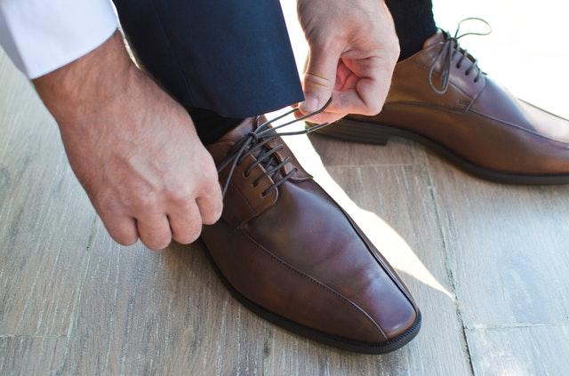 muž si zavazuje společenské boty